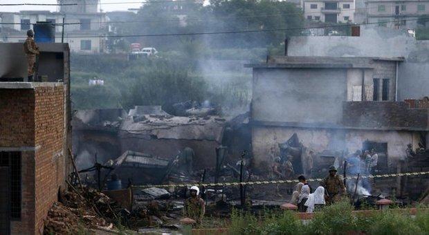 Aereo militare precipita sulle case: almeno 17 morti