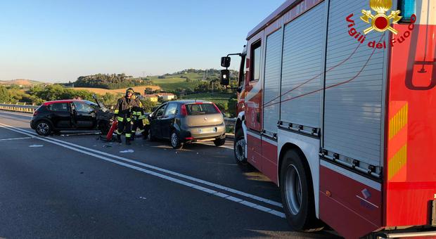 Terribile scontro frontale tra due auto: marito e moglie in gravi condizioni, codice rosso anche per una ragazza di 35 anni