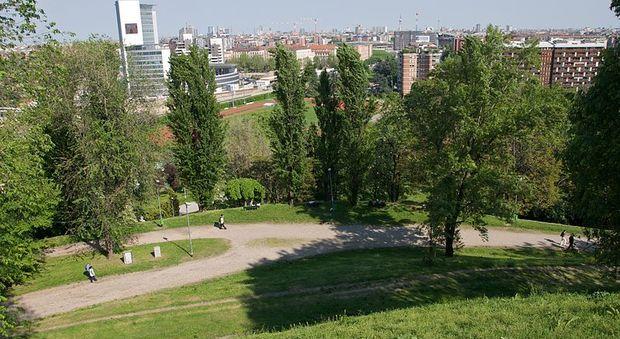 Milano, donna stuprata al parco mentre porta a spasso il cane: caccia al violentatore