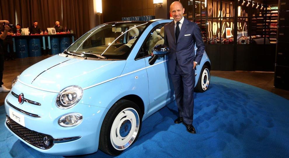 Luca Napolitano, numero uno di Fiat in Emea, con la nuova 500 Spiaggina