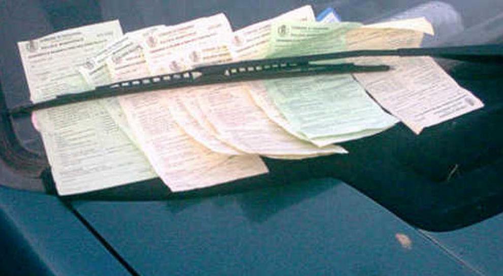 Multe accumulate sul parabrezza di un'auto