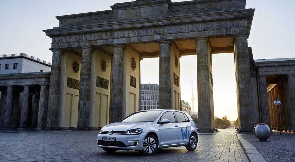 La Volkswagen eGolf davanti la porta di Brandeburgo a Berlino