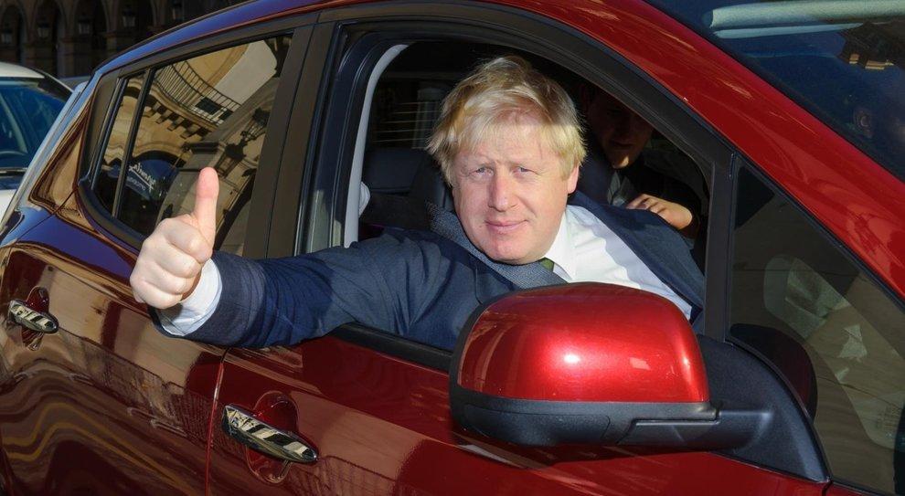 Il Premier inglese Boris Johnson al volante