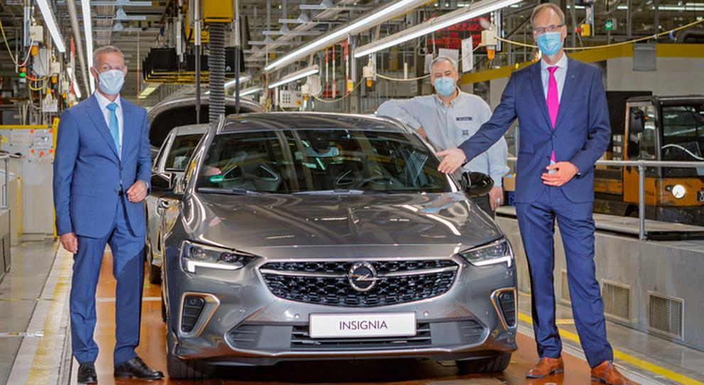 Da sinistra il sindaco di Rüsselsheim, Udo Bausch, ed il ceo Opel, Michael Lohscheller