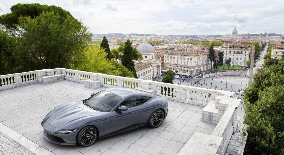 La Ferrari Roma sulla terrazza del Pincio a Roma