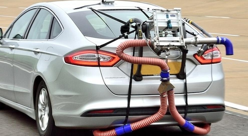 Un'auto sottoposta al test sulle emissioni durante il ciclo di marcia su strada