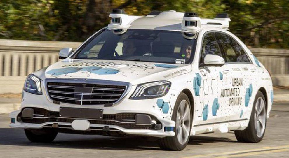 Una Mercedes Classe S a guida autonoma in giro per le strade di San Jose in California