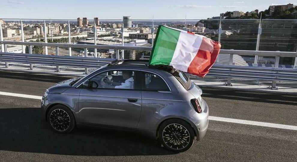 La Nuova 500 elettrica portabandiera sul Ponte San Giorgio di Genova