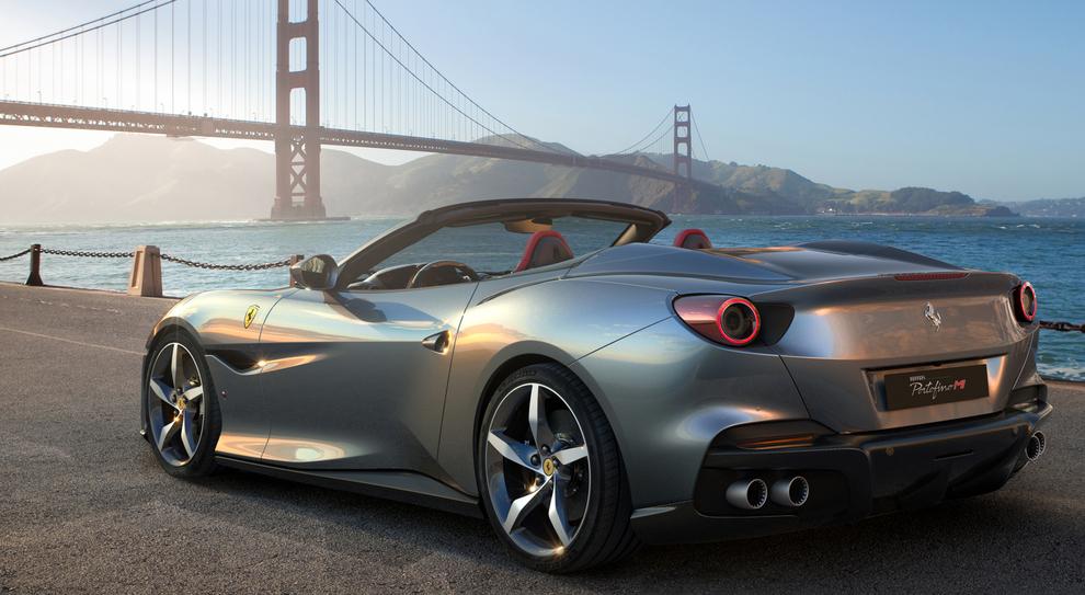 La nuova Ferrari Portofino M sotto il Golden Gate a San Francisco