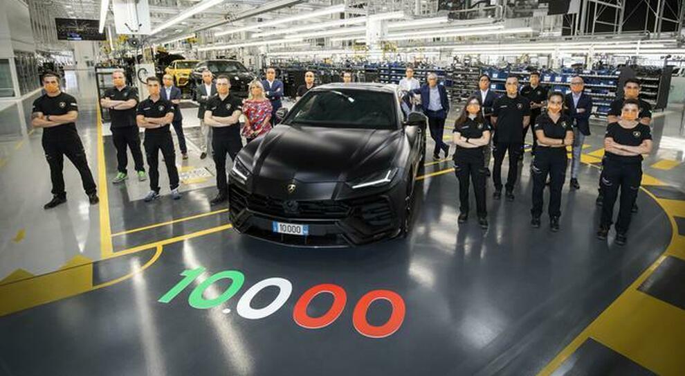 L'Urus numero 10mila festeggiato nella fabbrica Lamborghini