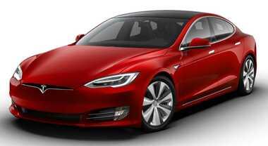 Tesla, l'elettrica più veloce e potente mai prodotta. Intanto Musk fa causa a Tramp per i dazi cinesi