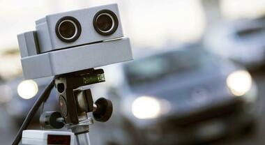 Autovelox in città, doppisensi ciclabili e multe dagli spazzini: cambia il codice della strada