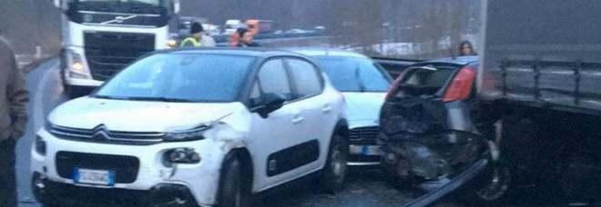 Ghiaccio, un autoscontro per 50 veicoli sulla Statale: coinvolte 50 auto, anche l'ambulanza si schianta. Tendopoli per i feriti
