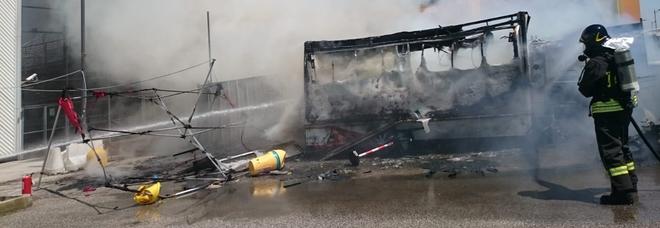 Esplosione e incendio a Marghera: distrutto un furgone di vendita panini