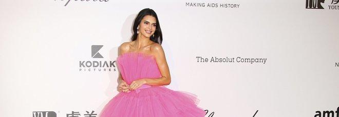 Kendall Jenner bellissima in rosa a Cannes: e l'abito di Giambattista Valli sarà nei negozi H&M