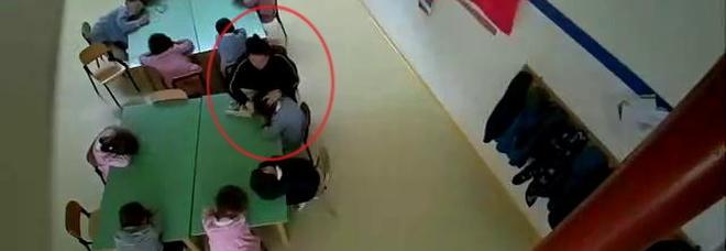 Urla, spintoni e minacce ai bimbi dell'asilo: sospese due maestre