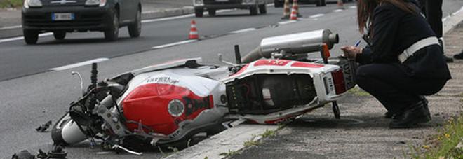 Motociclista di 49 anni travolto e ucciso da un pirata: è stato trascinato per 30 metri da un furgone