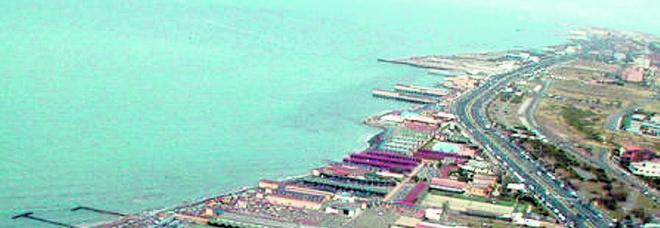 Il Comune spinge per il bando delle spiagge. I gestori: «Dopo il coronavirus è un suicidio»