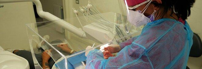 Virus, l'Oms: «Rimandare le visite odontoiatriche non urgenti». Ma i dentisti: «Gli studi sono sicuri»