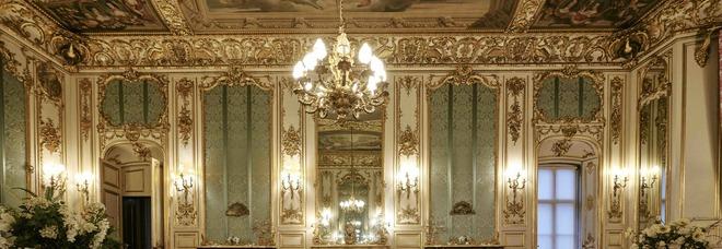 """Capodanno da coppia reale: l'esclusiva King Suite del castello di """"The Crown"""" su Airbnb"""