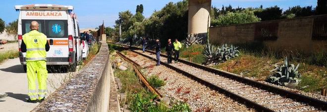 Tenta il suicidio sotto il treno: immigrato lo vede, scende dall'auto e lo salva