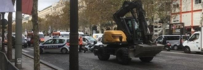 Ruspa travolge i passanti sugli Champs Elysées, muore un bimbo di tre anni