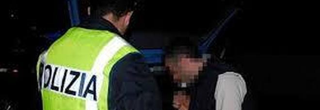 Positivo all'alcoltest, la polizia fa arrivare un amico a prenderlo. Ma è ubriaco anche lui