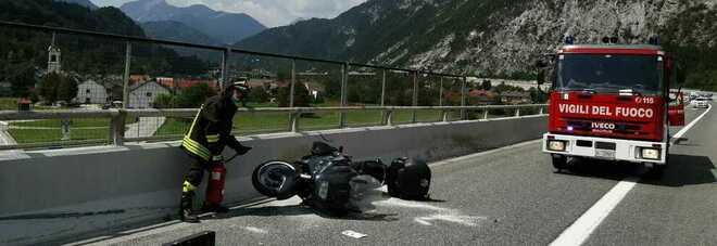 Sbandata in moto sull'autostrada A23, cade e muore