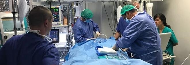 Tumore, guarda un film durante l'operazione da sveglia: incredibile intervento ad Ancone
