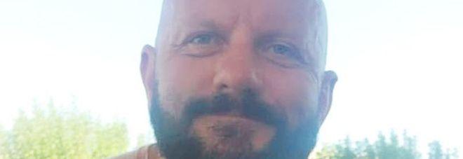 Grecia, padre di tre figli muore in piscina a 42 anni: la storia commuove il web