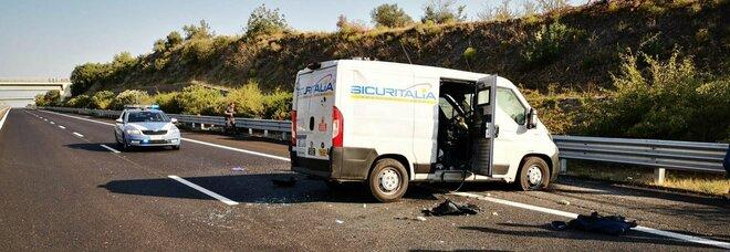 Foggia, sparatoria e assalto a portavalori sulla A14: auto incendiate in autostrada, traffico bloccato