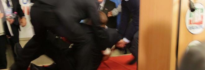 Berlusconi cade sul palco a Isernia, poi continua il comizio elettorale
