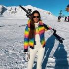 La tuta da sci? Super colorata e in stile anni Ottanta: il nuovo must have sulle piste che ci piace questa settimana