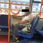 Manchester, sale sul bus ma al posto della mascherina indossa un... serpente
