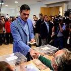 Elezioni in Spagna, il premier Pedro Sanchez al seggio insieme alla moglie