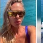 Ilary Blasi in barca a Sabaudia scopre il paparazzo ma non si arrabbia: lo invita a bordo e gli offre il sushi